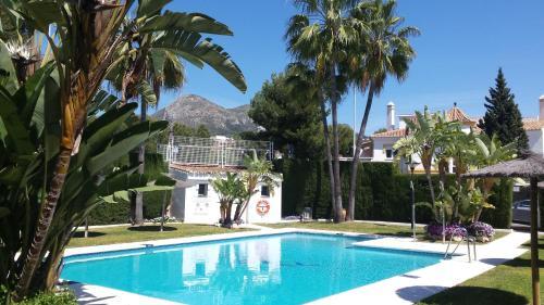 The swimming pool at or near Apartamento con 3 piscinas vistas al Mar