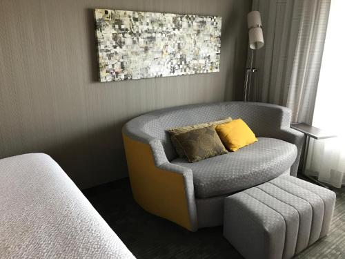 A seating area at Courtyard by Marriott Hamilton