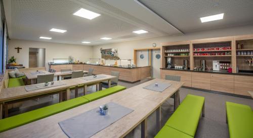 Ein Restaurant oder anderes Speiselokal in der Unterkunft Jugendsporthotel Bachlehen und Johanneshof