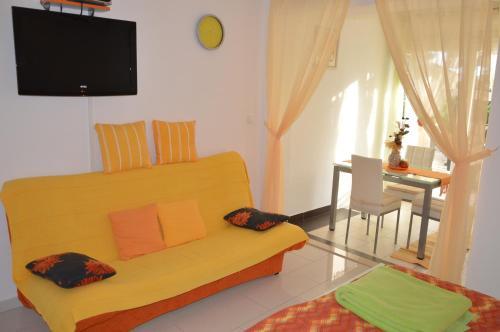 Televízia a/alebo spoločenská miestnosť v ubytovaní Apartments Tiho