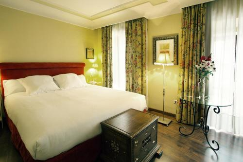 A bed or beds in a room at Hotel Montelirio