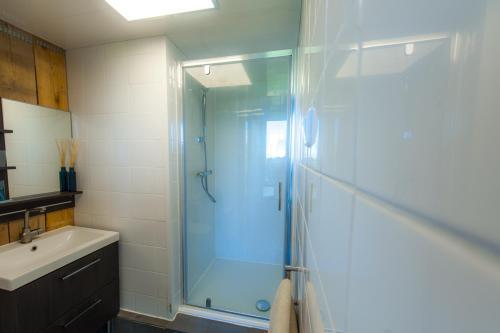 Salle de bains dans l'établissement B&B Beach Inn