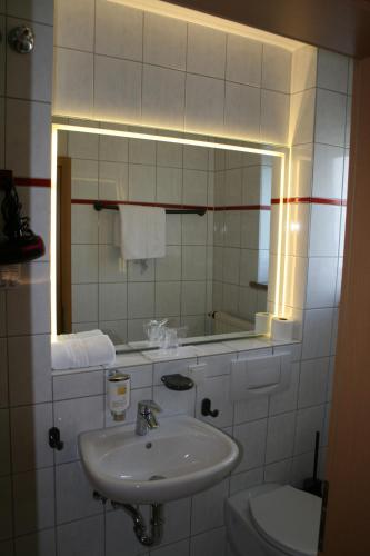 Ein Badezimmer in der Unterkunft HOTEL PARQÉO im A66