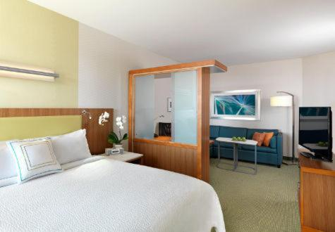 A bed or beds in a room at SpringHill Suites by Marriott Murray