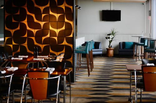 A restaurant or other place to eat at Rydges Gladstone