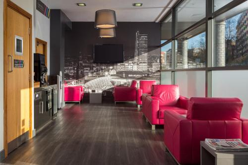A seating area at Roomzzz Leeds City West