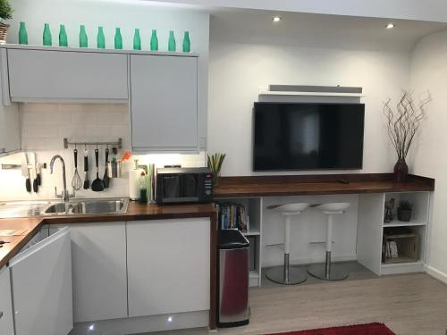 A kitchen or kitchenette at Harpenden House