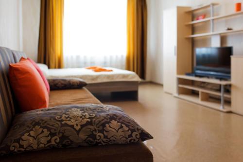 Кровать или кровати в номере Nine Nights Apartments on Kuznetsova 8
