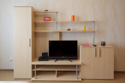 Телевизор и/или развлекательный центр в Nine Nights Apartments on Kuznetsova 8