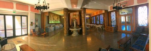 Salone o bar di Tourist Hotel
