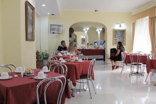 Um restaurante ou outro lugar para comer em Hotel Maria Angola
