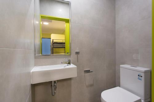 A bathroom at Breeze Lodge