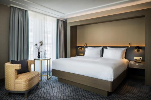 מיטה או מיטות בחדר ב-Hilton Vienna Plaza