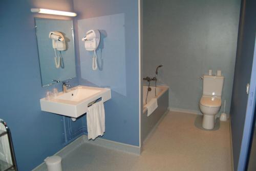 A bathroom at Hôtel Bertrand