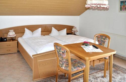 Ein Bett oder Betten in einem Zimmer der Unterkunft Gasthof-Hotel-Löwen