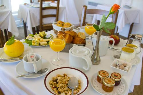 Breakfast options available to guests at Hotel les Vergers de Saint Paul