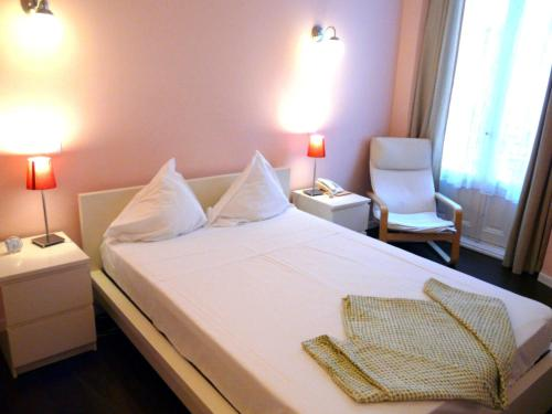 A bed or beds in a room at Hostal Pizarro