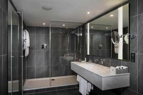 A bathroom at Hilton Vienna Plaza