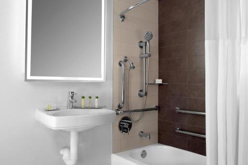 A bathroom at DoubleTree by Hilton Metropolitan New York City