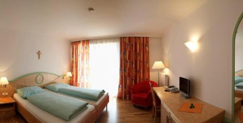 Ein Bett oder Betten in einem Zimmer der Unterkunft Hotel zum Kirchenwirt