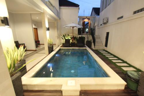 The swimming pool at or close to Tom Guest House