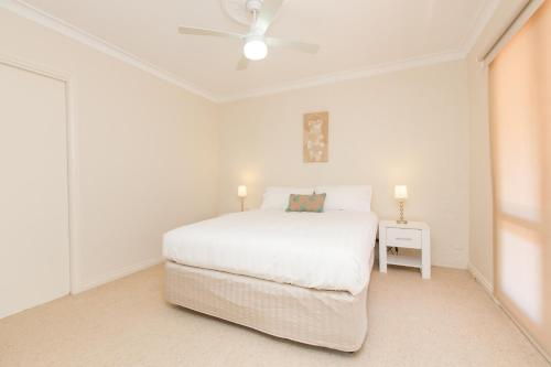 A bed or beds in a room at Mildura Townhouse
