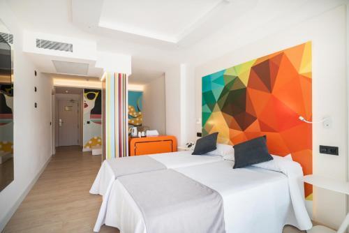 Een bed of bedden in een kamer bij THB Naeco Ibiza - Adults Only