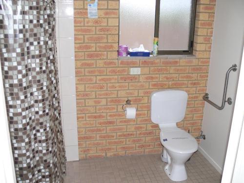 A bathroom at Begonia City Motor Inn