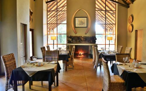 Restaurant ou autre lieu de restauration dans l'établissement Black Rhino Game Lodge