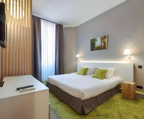 A bed or beds in a room at Hôtel La Villa Tosca