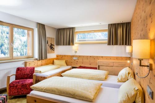 A bed or beds in a room at Hotel Garni Ernst Falch