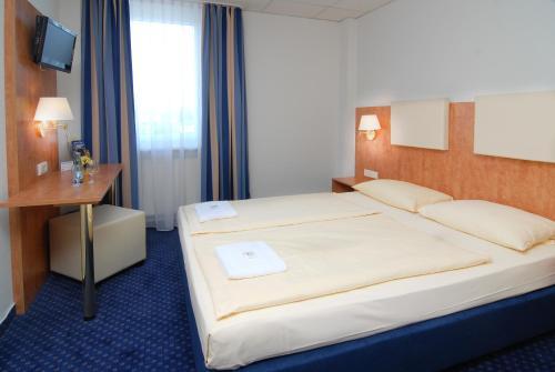Ein Bett oder Betten in einem Zimmer der Unterkunft Euro-Hotel