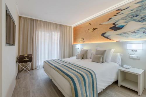 Ein Bett oder Betten in einem Zimmer der Unterkunft Oliva Nova Beach & Golf Hotel