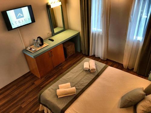 Een bed of bedden in een kamer bij Hotel Atrium