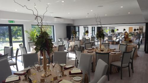 A restaurant or other place to eat at The Brander Lodge Hotel and Bistro