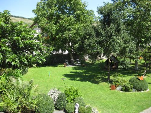 Ein Garten an der Unterkunft Gästehaus Sebastiani