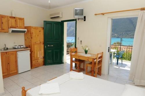 A kitchen or kitchenette at Mediterraneo studios