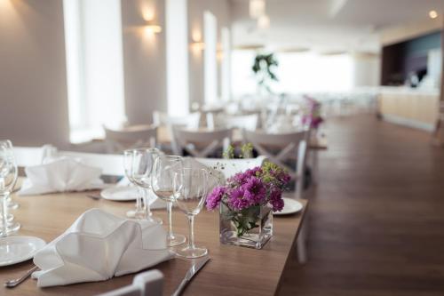 Ein Restaurant oder anderes Speiselokal in der Unterkunft Strand Spa & Conference Hotel