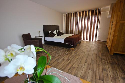 A bed or beds in a room at Kaiser´s Weinland Hotel