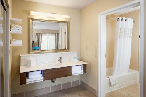 A bathroom at Hampton Inn & Suites Las Vegas-Red Rock/Summerlin