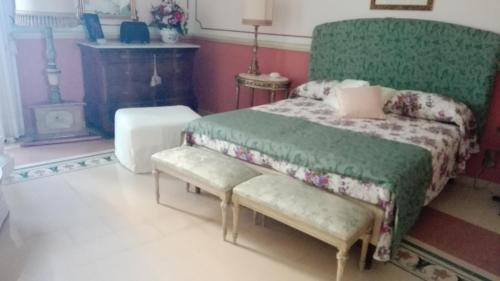 A bed or beds in a room at B&B Flora House