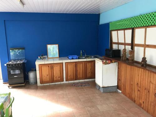A cozinha ou cozinha compacta de Pension Ariitere Huahine