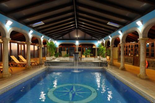 Het zwembad bij of vlak bij El Nogal Hotel Boutique & Spa