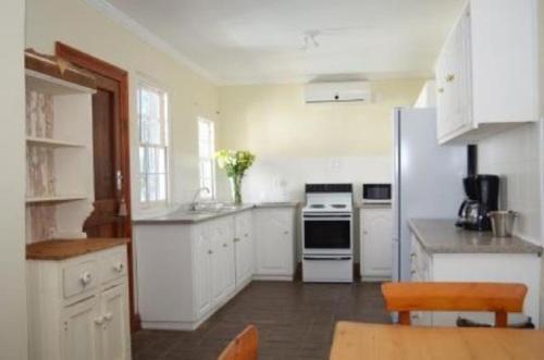 A kitchen or kitchenette at De Kothuize 6