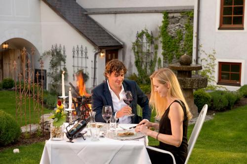 A restaurant or other place to eat at Hotel Schloss Thannegg
