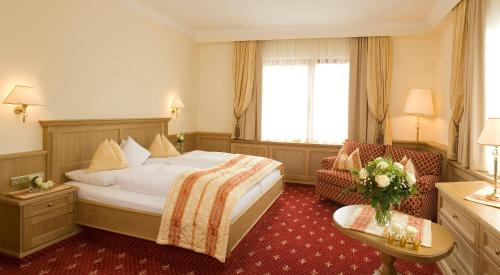 A bed or beds in a room at Gartenhotel Maria Theresia