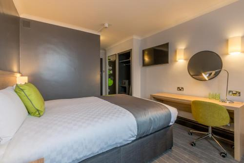 A bed or beds in a room at Thistle Express London, Luton