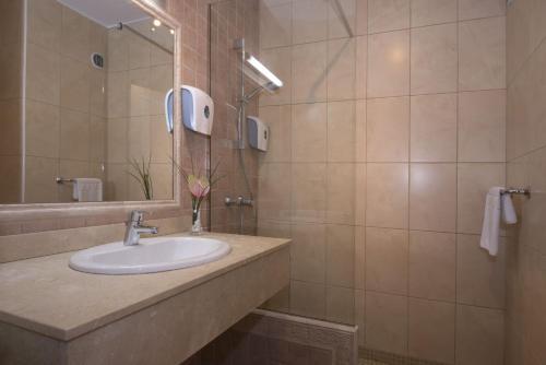 A bathroom at HOVIMA Jardin Caleta