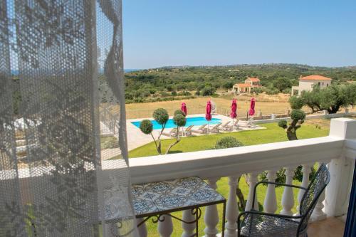 Uitzicht op het zwembad bij Elaias Gi Residence of in de buurt