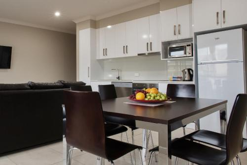 A kitchen or kitchenette at Renmark Holiday Apartments